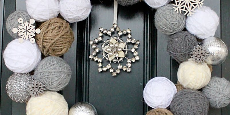 Have yourself a Very DIY Christmas with these 8 fun ideas for the holiday season! /// DIY Snowball Wreath