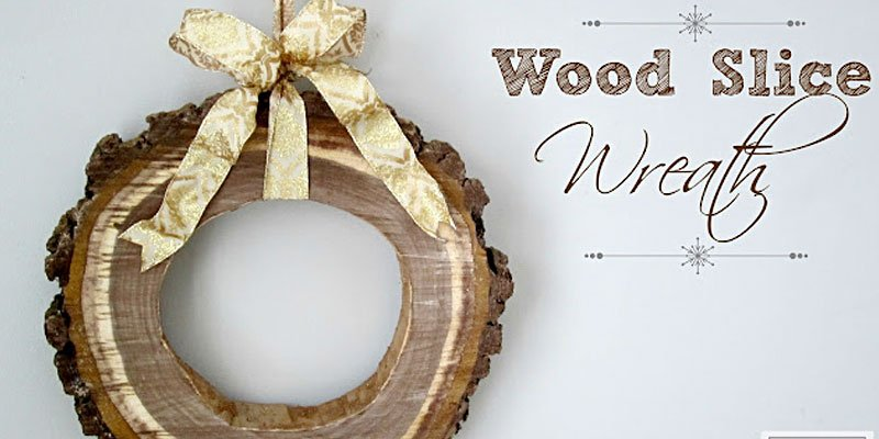 Have yourself a Very DIY Christmas with these 8 fun ideas for the holiday season! /// Wood Slice Holiday Wreath